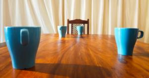 Neljä sinistä kuppia pöydällä