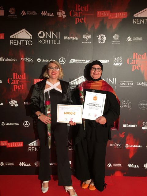 Sandra Beech ja Evelina Lafghani palkinnon kanssa poseeraten kameralle punaisella matolla
