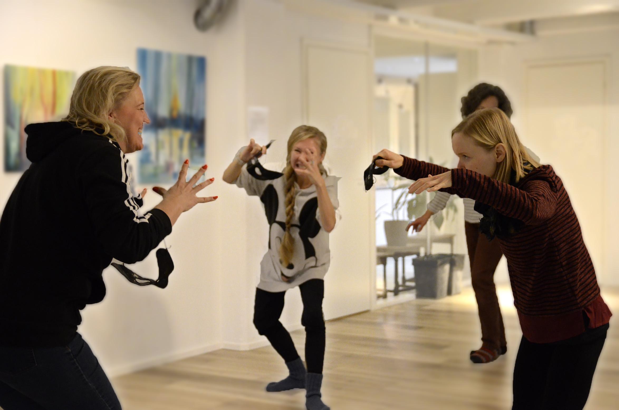 Ihmiset harjoittelevat huoneessa teatteri-ilmaisua