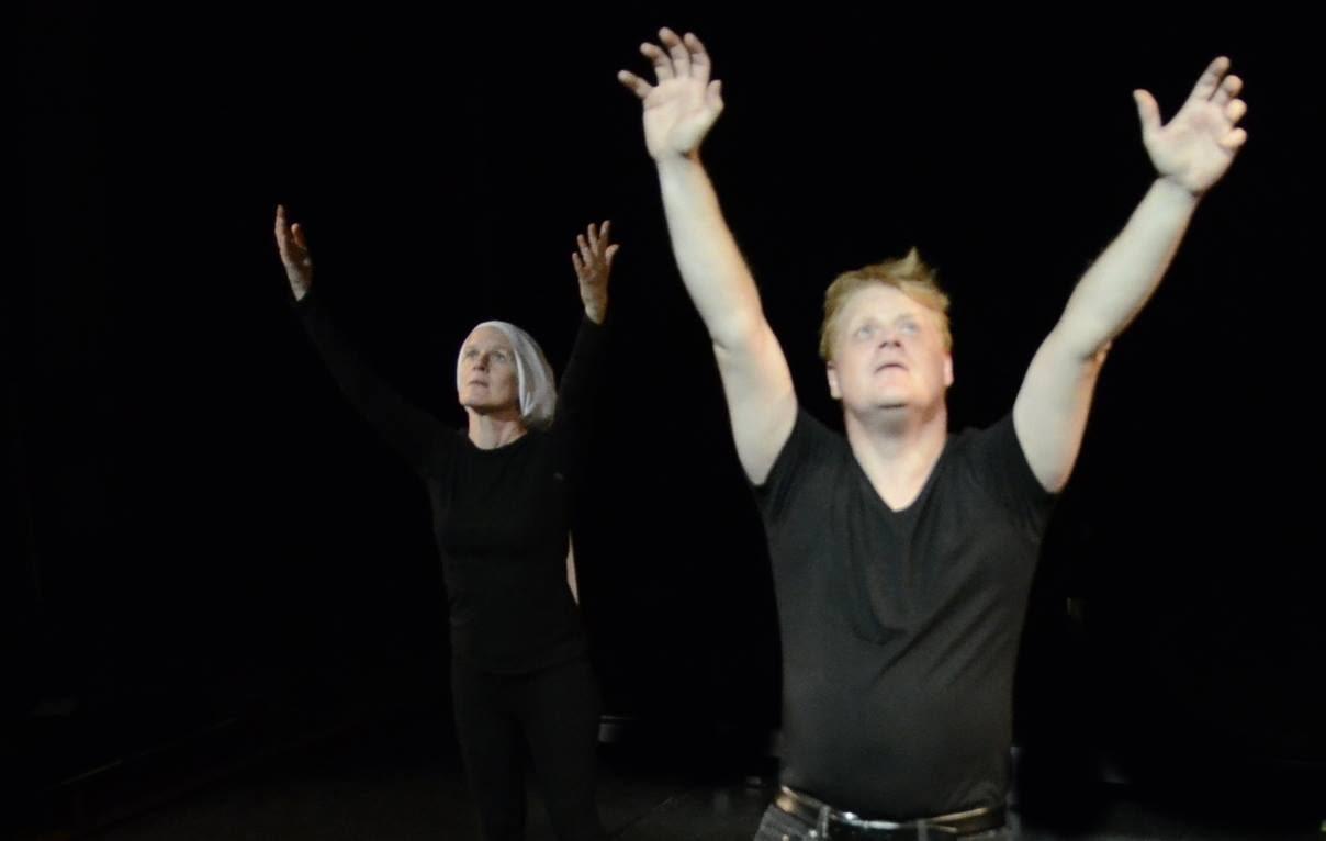 Tim Saarinen ja Mikaela Mansikkala pitävät käsiä pystyssä Riisuttu elämä näytelmän aikana ja katsovat ylöspäin