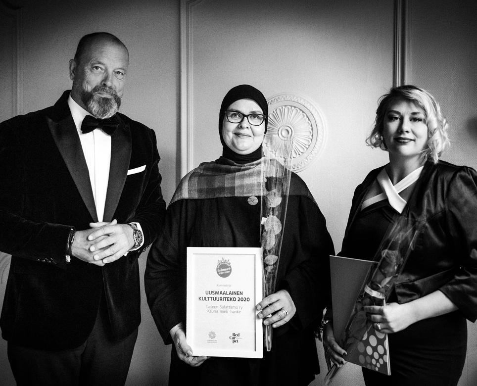 Kuvassa Taiteen Sulattamon Eveliina Lafghani ja Sandra Beech on vastaanottamassa Uusmaalainen kulttuuriteko tunnustusta Red Carpet Gaalassa